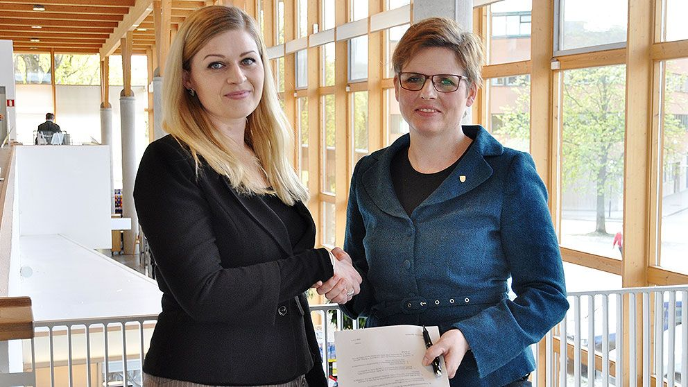 ICORN Programme Officer Marianne Hovdan and Helena Balthammar, Mayor of Linköping after signing the ICORN agreement in April this year. Photo.