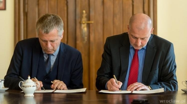 Executive Director in ICORN Helge Lunde signing the ICORN membership agreement with Wroclaw Mayor Rafal Dutkiewicz. Photo.