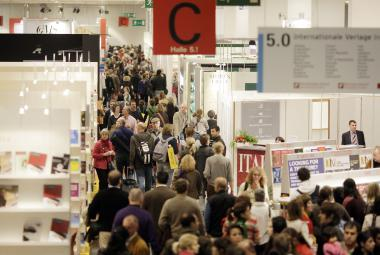 Real crowds of visitors flock through the gangways of the Fair's halls, as seen here in Hall 5.0. Copyright: Frankfurt Book Fair, photographer: Alexander Heimann