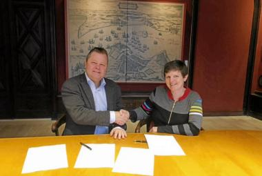 Deputy Mayor of Elsinore, Henrik Møller and ICORN Programme Director, Elisabeth Dyvik signed the agreement at the City Hall on Tuesday 10 February. Photo.