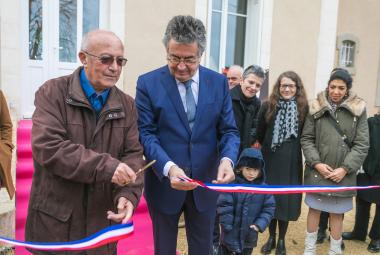 The Mayor of Poitiers, Mr. Alain Claeys, and Roland Sérazin, grandson of Jean-Richard Bloch officially opens the artist residency Villa Bloch on 9 February 2019. ©iBooCréation, Ville de Poitiers. Photo.