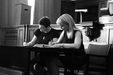 Eva Andersson (Mayor of Nörrköping) signing the ICORN membership-agreement. Photo.