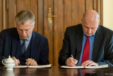 Executive Director of ICORN Helge Lunde and Mayor of Wroclaw Rafał Dutkiewicz signs the ICORN membership agreement. Photo.