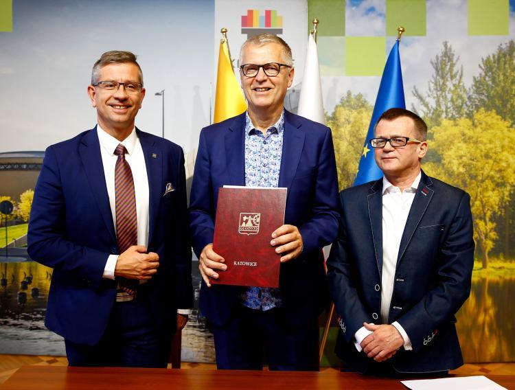 Agreement between ICORN and the City of Katowice signed September 2019 by Deputy Mayor Waldemar Bojarun, ICORN Dir. Helge Lunde, CEO Piotr Zaczkowski. Photo.